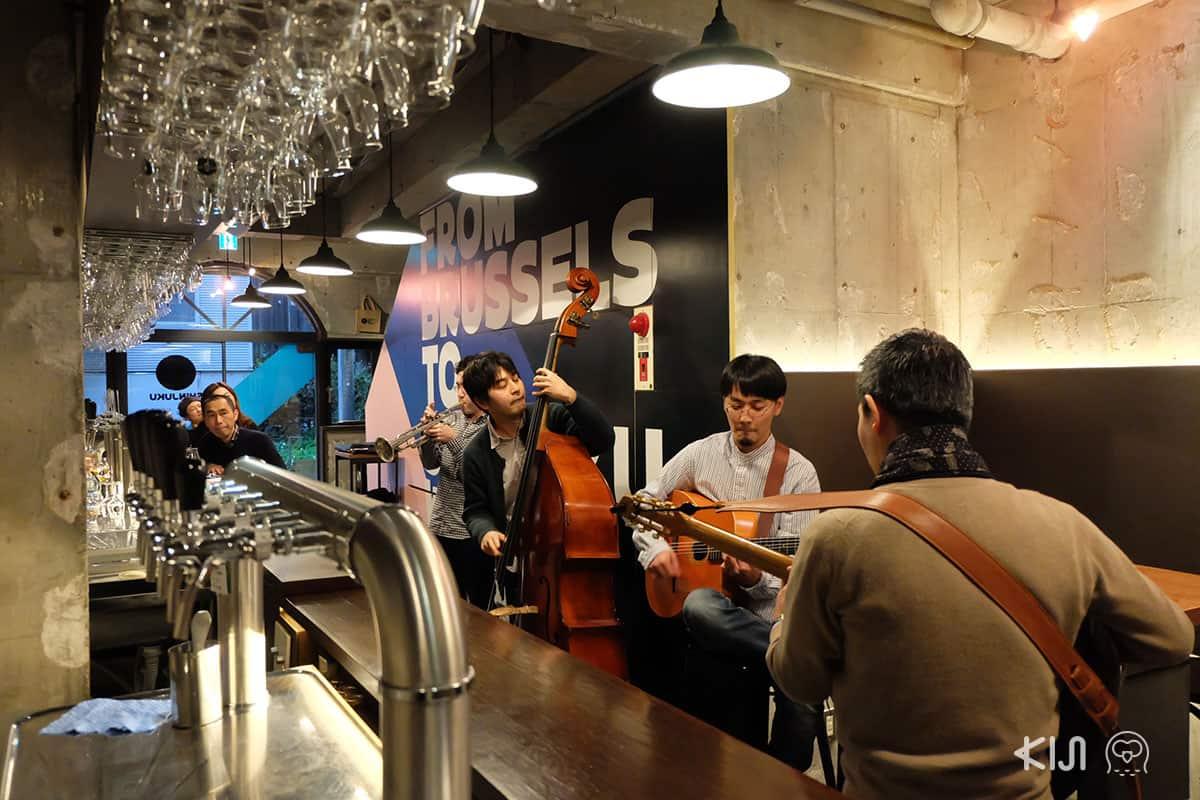 คอนเสิร์ตดนตรีแจ๊สสด ซึ่งทางร้าน Brussels Beer Project Shinjuku ได้จัดเป็นประจำทุกเดือน