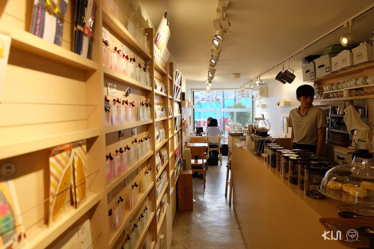 บรรยากาศของร้านกาแฟที่ Yoyogi Village