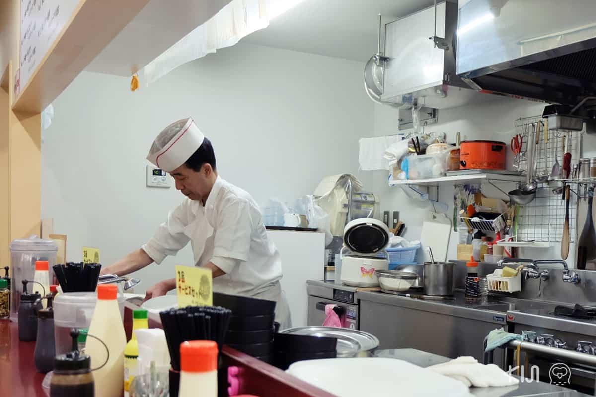 คุณลุงเจ้าของร้าน Restuarant Popeye กำลังเตรียมอาหาร