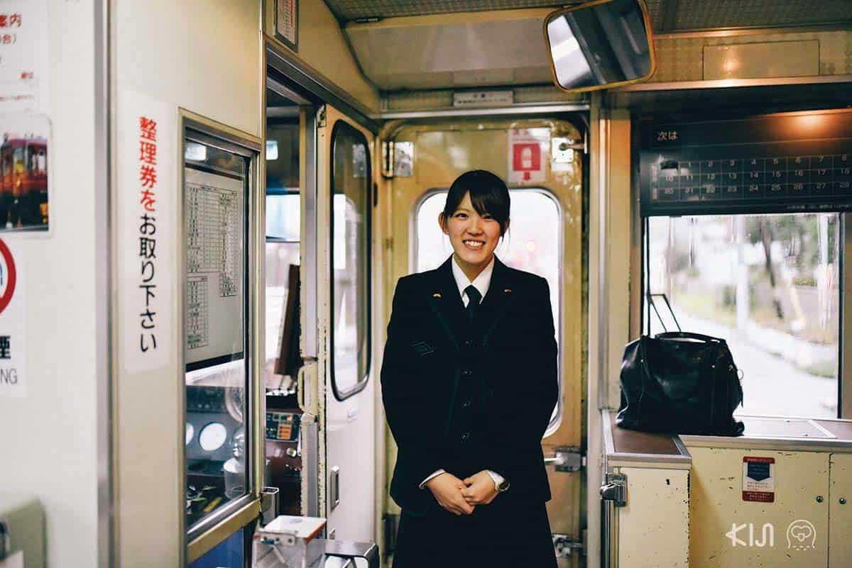 คุณเทราคาวะ พนักงานบริการประจำรถไฟสาย Kyoto Tango Railway