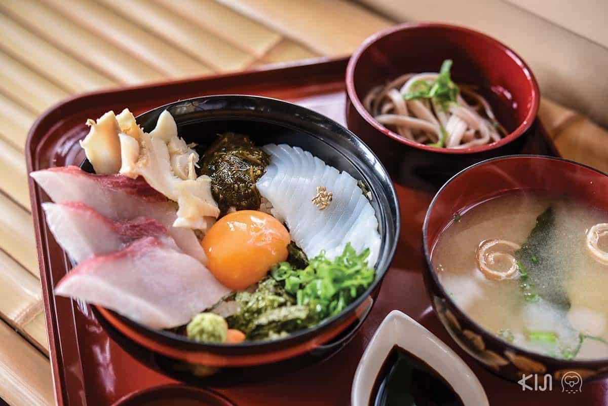 ร้านสึรุยะ (Tsuruya) ตั้งอยู่ใกล้กับศาลเจ้าโคโนะ มีเมนูเด่นเป็นข้าวหน้าอาหารทะเลที่ชื่อ ทังโกะโอทาคาระด้ง