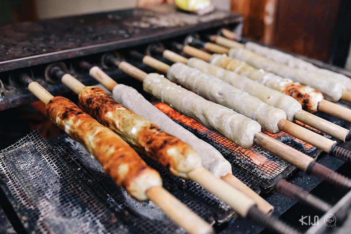 ลูกชิ้นปลาย่าง: ของย่างชิ้นใหญ่ที่ดูคล้ายหมูยอนี้ ความจริงแล้วคือเนื้อปลาย่างมีรสชาติคล้ายๆ ลูกชิ้นปลา