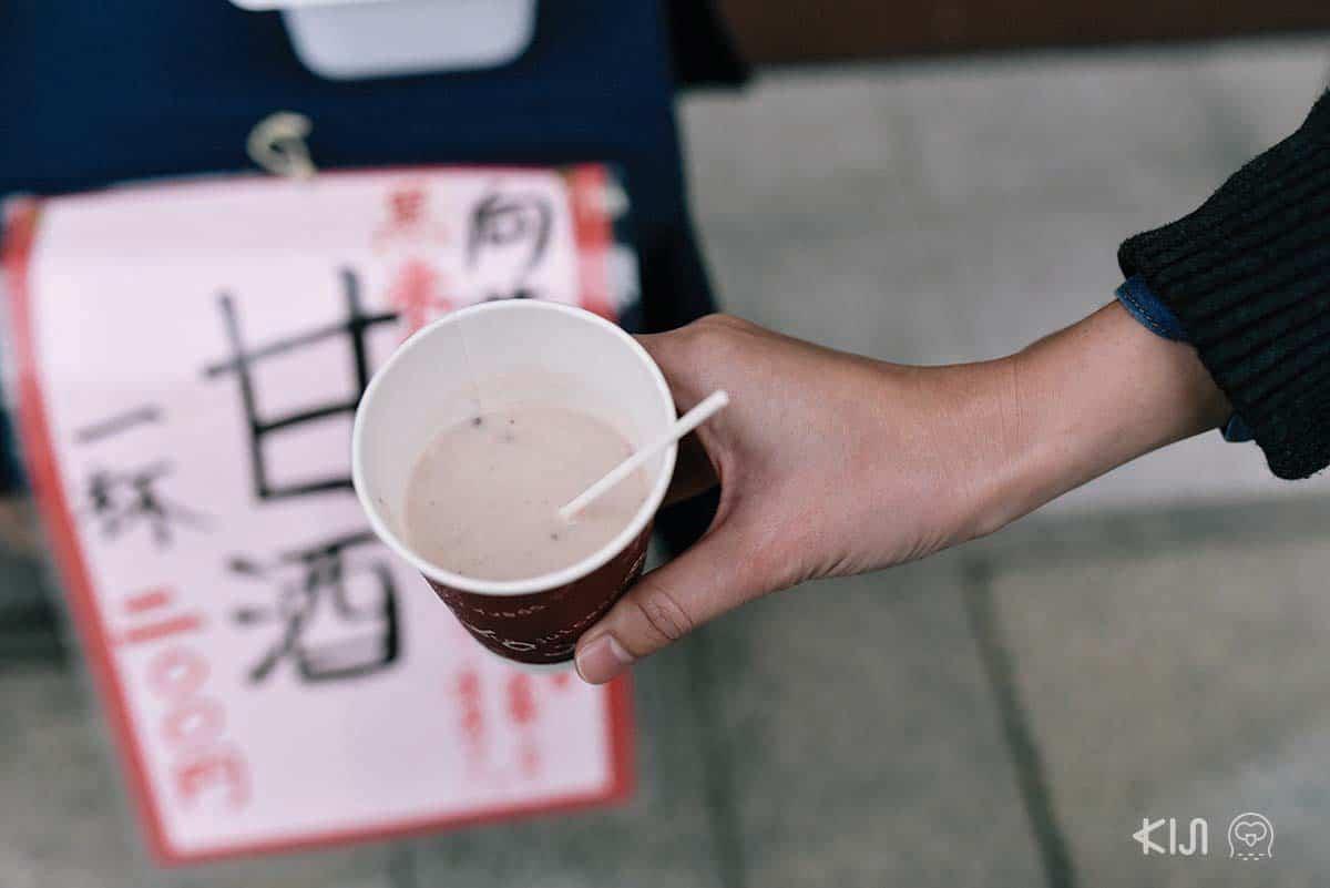 อามะสาเก: น้ำข้าวต้มอุ่นๆ ที่มีแอลกอฮอล์อยู่เล็กน้อย ให้รสชาติและกลิ่นคล้ายๆ กับข้าวหมากบ้านเรา กินตอนหน้าหนาวอบอุ่นข้างในดีเชียวค่ะ