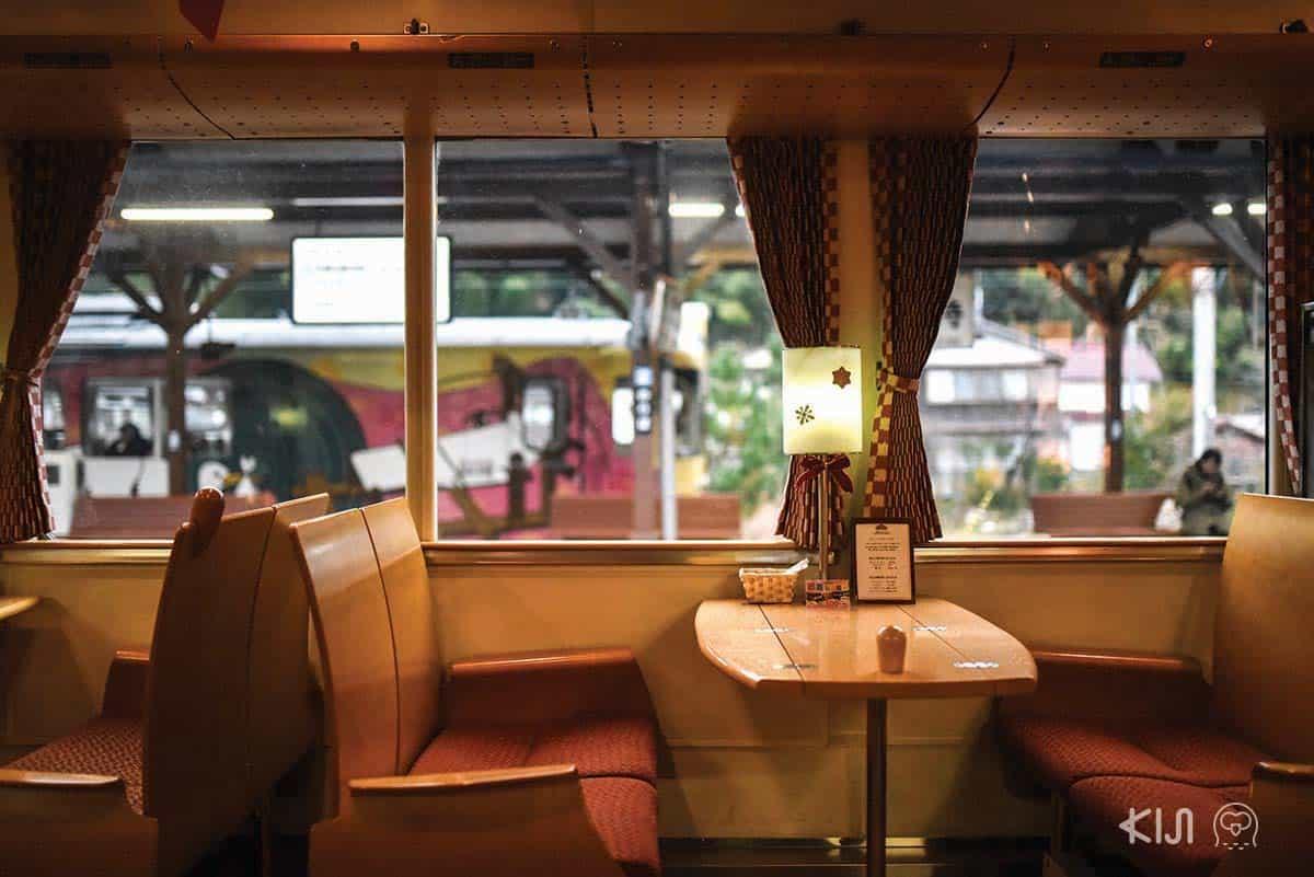 บรรยากาศภายในรถไฟสาย Aka-matsu (ต้นสนสีแดง)