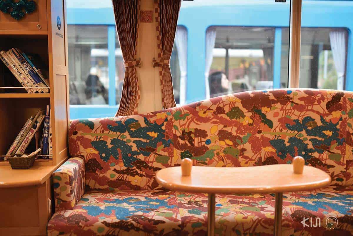 โซฟานั่งเล่นบนรถไฟสาย Aka-matsu (ต้นสนสีแดง)