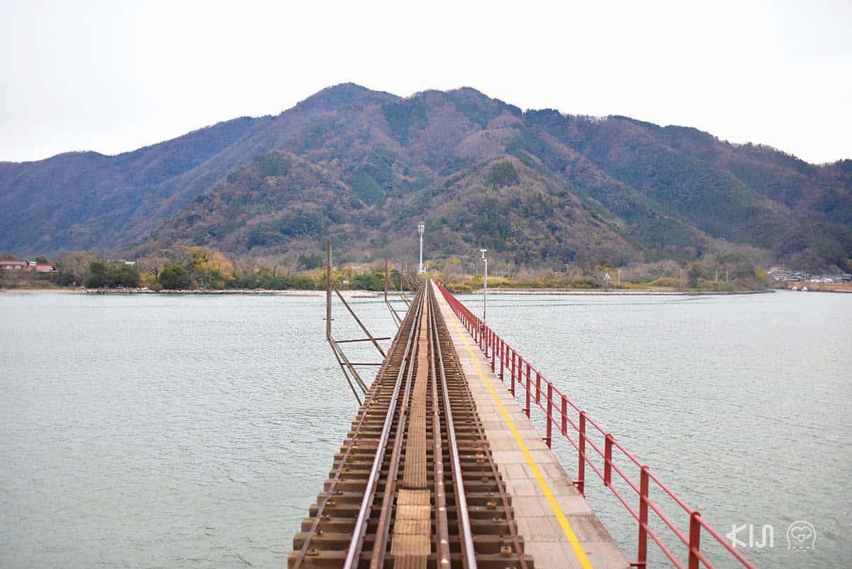 รถไฟสาย Aka-matsu (ต้นสนสีแดง) วิ่งไปได้ครึ่งทางจะผ่านแม่น้ำยูระ (Yura) ซึ่งมีสะพานเหล็กโบราณยาว 550 เมตร