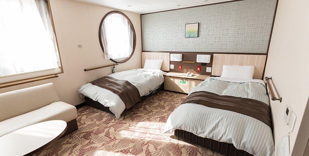 ห้องพักแบบ Premium Barrier Free เหมาะสำหรับผู้สูงอายุหรือผู้พิการ มีราวจับทุกจุดทั้งในห้องนอนและห้องน้ำบน เรือเฟอร์รี่ซันฟลาวเวอร์ (Ferry Sunflower)