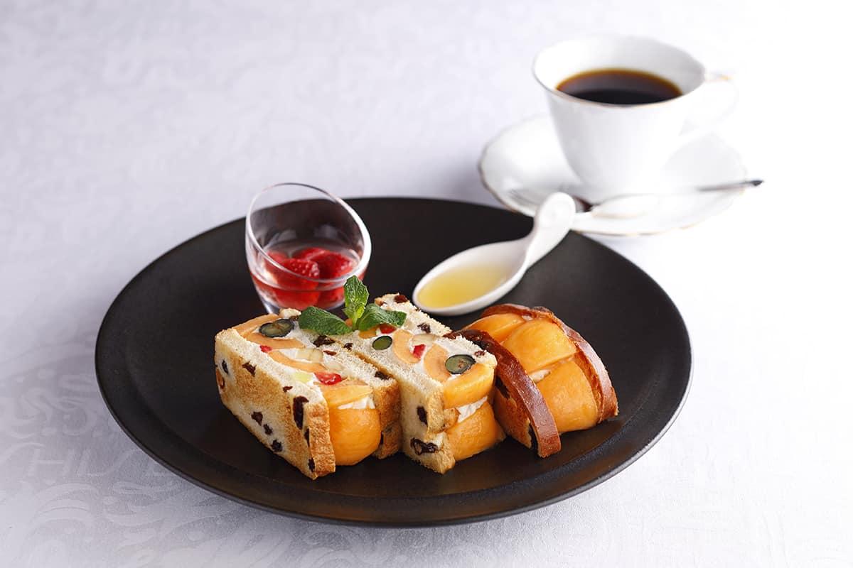 """แซนด์วิชผลไม้"""" (Fruits Sandwich [Biwa]) 1,630 เยน (รวมภาษี) *ในภาพเพิ่ม 570 เยนเป็นเซ็ตพร้อมกาแฟหรือชาฝรั่ง"""