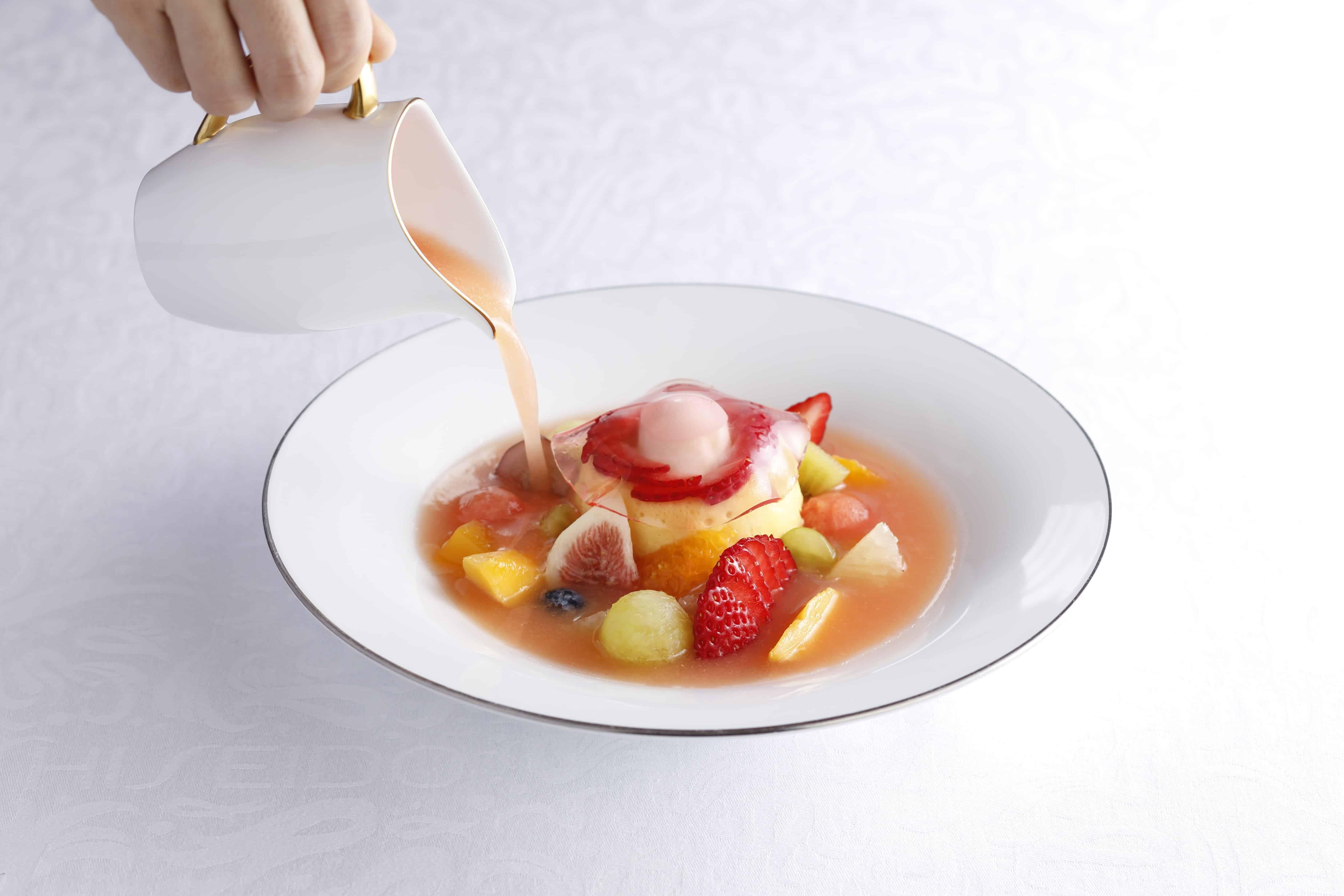 """""""ซุปผลไม้บาวารัวส์แอปริคอตและมะม่วงจาก จ.มิยาซากิ"""" (Miyazaki-ken Mango & Apricot Bavarois Fruits Soup) 1,980 เยน (ราคานี้รวมบริการกาแฟ หรือ ชาฝรั่ง หรือ ชาสมุนไพร)"""