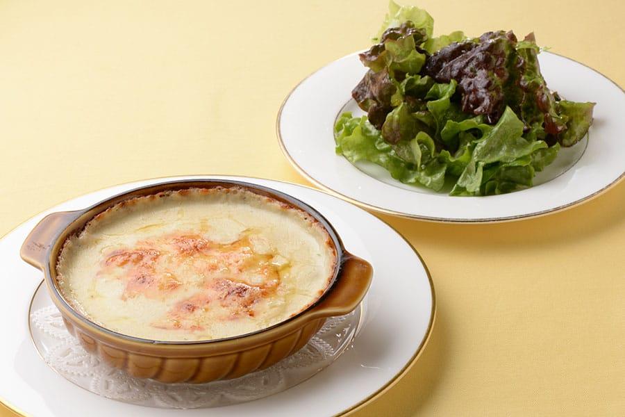 ร้าน Le souffle : Souffle & Gratin Set เสิร์ฟกราแตงพร้อมซูเฟร สลัด เครื่องดื่ม ราคา 2,400 เยน ไม่รวมภาษี