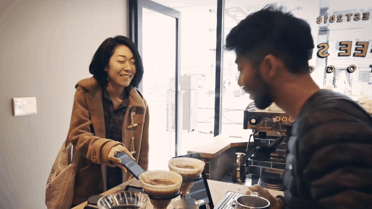 """ความพิเศษของร้าน The Local Coffee Stand คือสามารถสั่งกาแฟล่วงหน้าได้ผ่านแอปพลิเคชันเมื่อลูกค้าที่สั่งออนไลน์ไว้มาถึง เพียงแค่โชว์ให้พนักงานดู ก็สามารถรับกาแฟไปได้เลยหรือรอแค่ครู่เดียวเท่านั้น (ดาวน์โหลดแอปพลิเคชันที่ชื่อ """"O:der"""" )"""