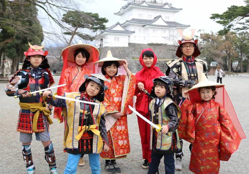 นักท่องเที่ยวเช่าชุดซามูไรที่ปราสาทโอดาวาระ