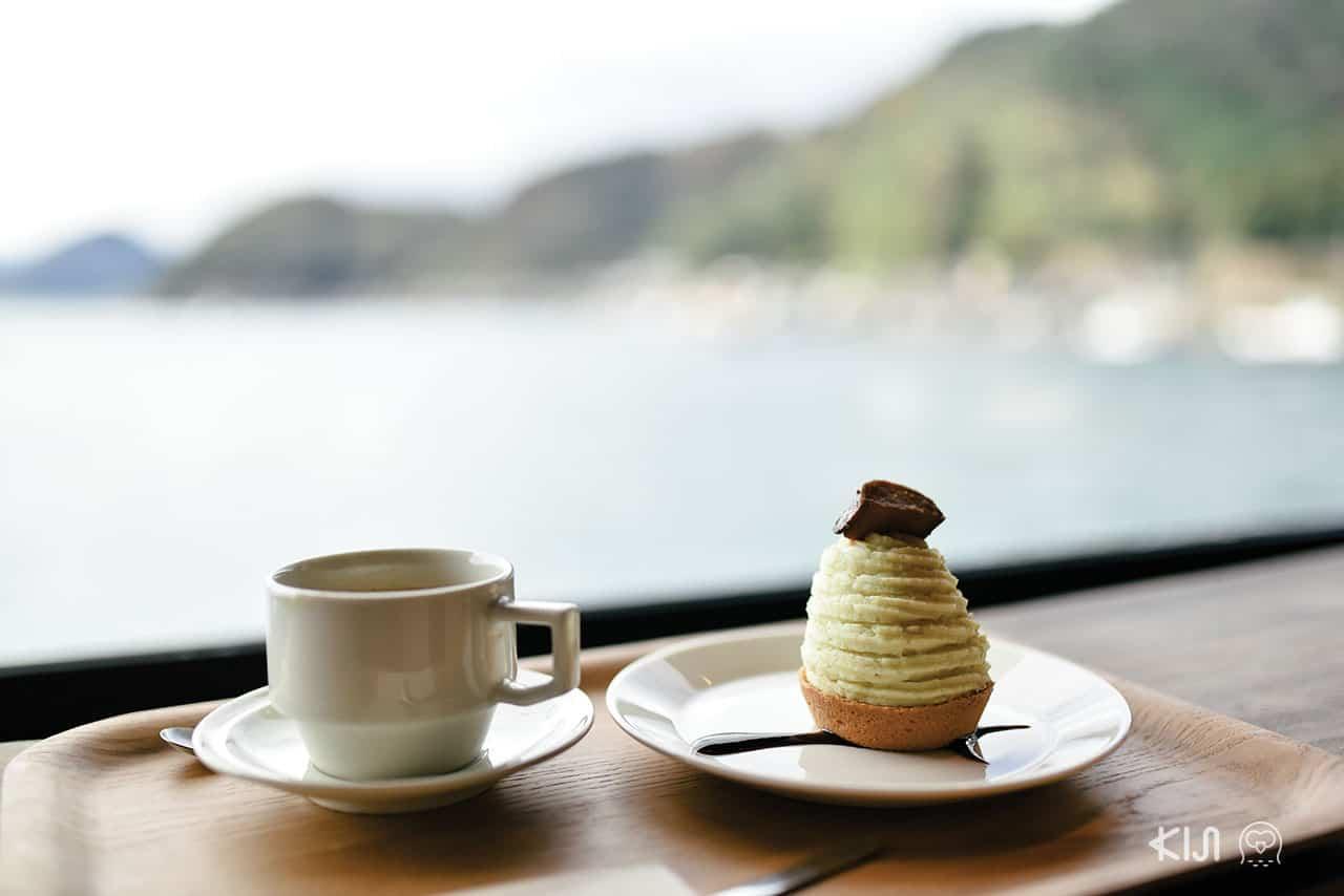 จิบกาแฟร้อนๆ พร้อมกับกินขนมอร่อยๆ กันที่คาเฟ่ Ine Café
