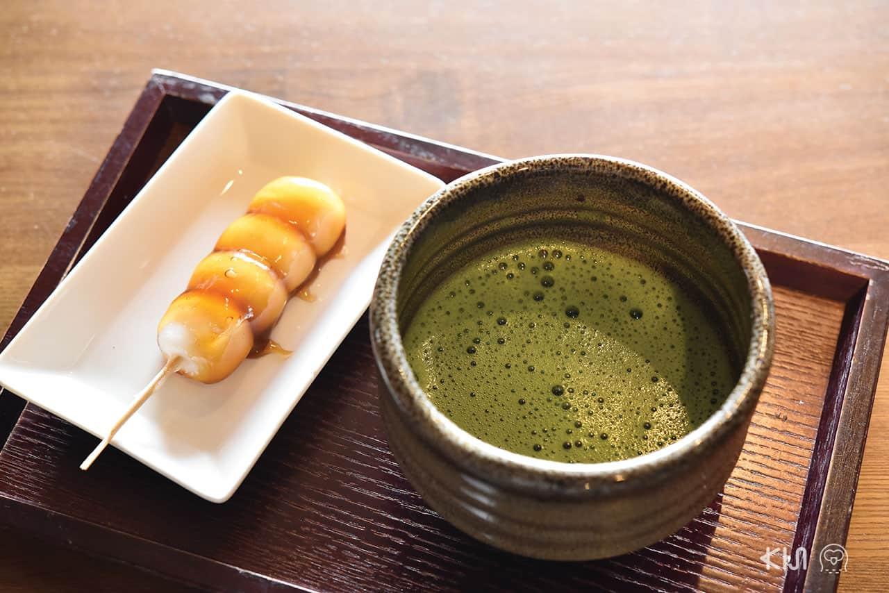 ดังโงะกินคู่กับชาเขียวหอมๆ ที่ร้าน Cafe Miyabi ที่อิเนะ (Ine)