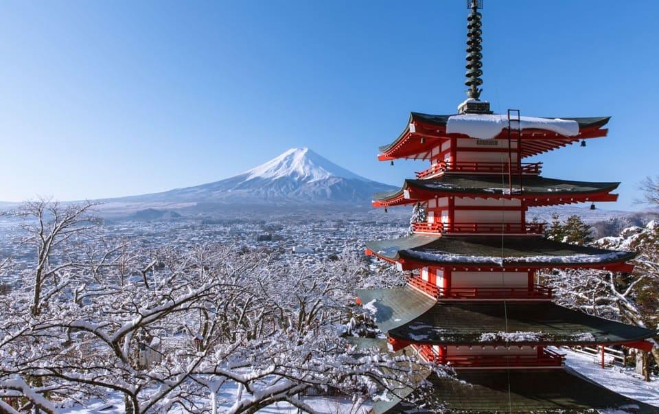 เจดีย์แดง (Chureito Pagoda) ที่บรรยากาศรอบๆ ขาวโพลนไปด้วยหิมะ