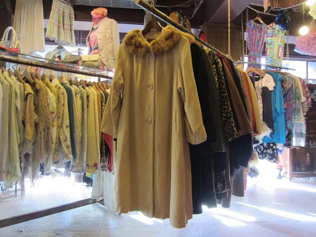 เสื้อโค้ทมือสองของร้าน HAIGHT & ASHBURY ที่ย่านชิโมะคิตะซาว่า (Shimokitazawa)