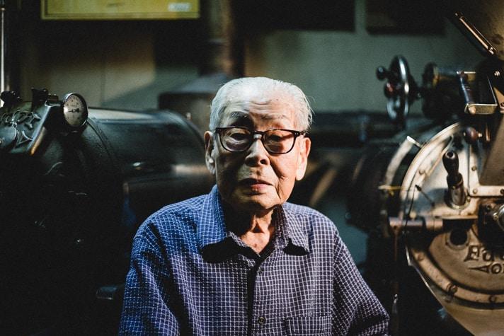 เจ้าของร้านคุณ Ichiro Sekiguchi ที่ทุกวันนี้ก็ยังคงเป็นคนชงกาแฟให้อยู่เสมอ! (คุณปู่อายุปาเข้าไปกว่าร้อยกว่าปีแล้วนะ!!)