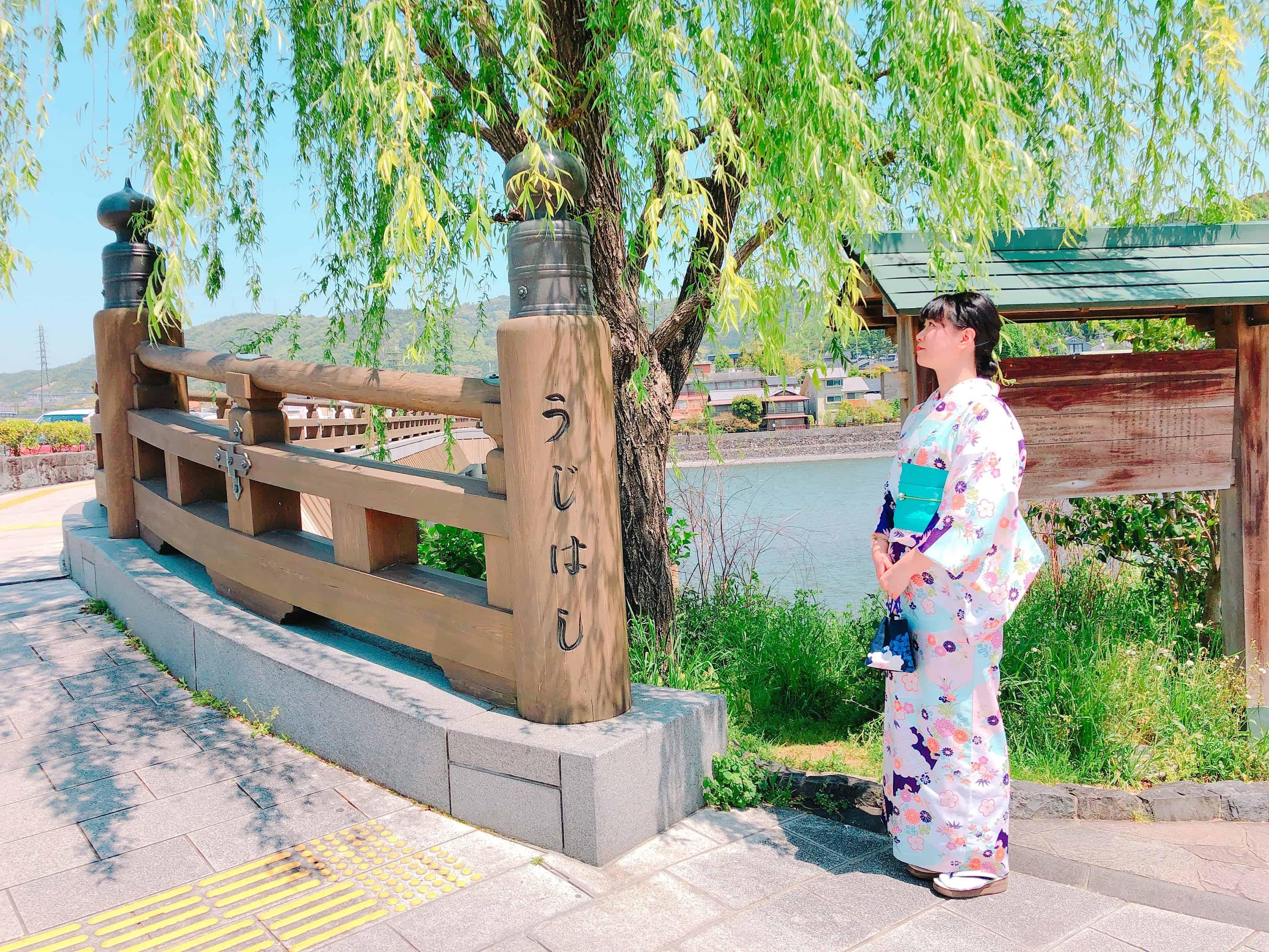 ใส่ชุดกิโมโนโพสต์ถ่ายกับสะพานอุจิ (Ujibashi)