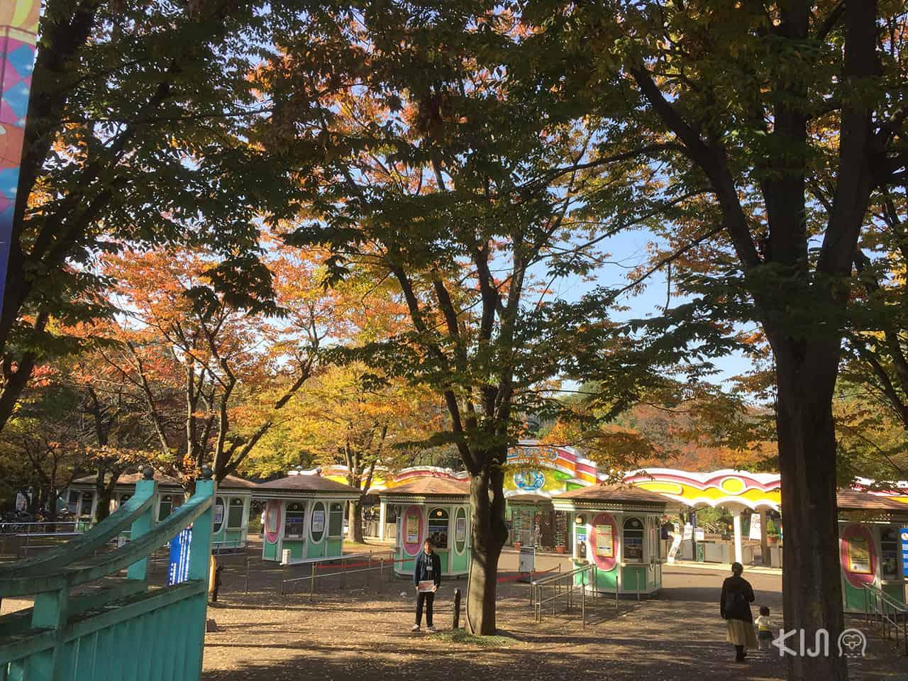 ทางเข้าสวนโทชิมะเอ็นในฤดูใบไม้ร่วง