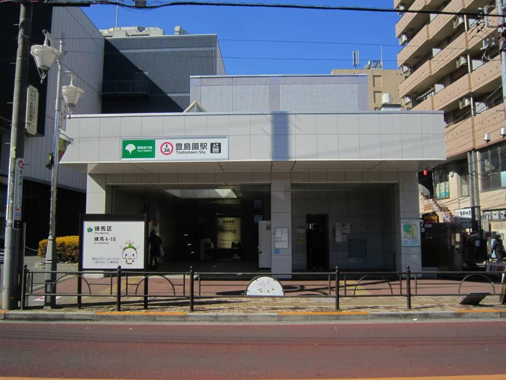 ด้านหน้าสถานีโทชิมะเอ็น (Toshimaen Station) สายโทเอโอเอโดะ