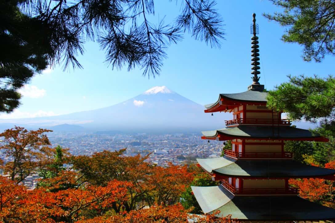 เจดีย์แดง (Chureito Pagoda) ที่โอมล้อมด้วยต้นไม้เปลี่ยนสีในฤดูใบไม้ร่วง
