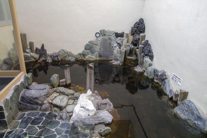 สึรุโนะยุ (Tsuru no Yu) เป็นโรงอาบน้ำและออนเซ็นที่มีบ่อน้ำดำจากแหล่งน้ำธรรมชาติของแท้