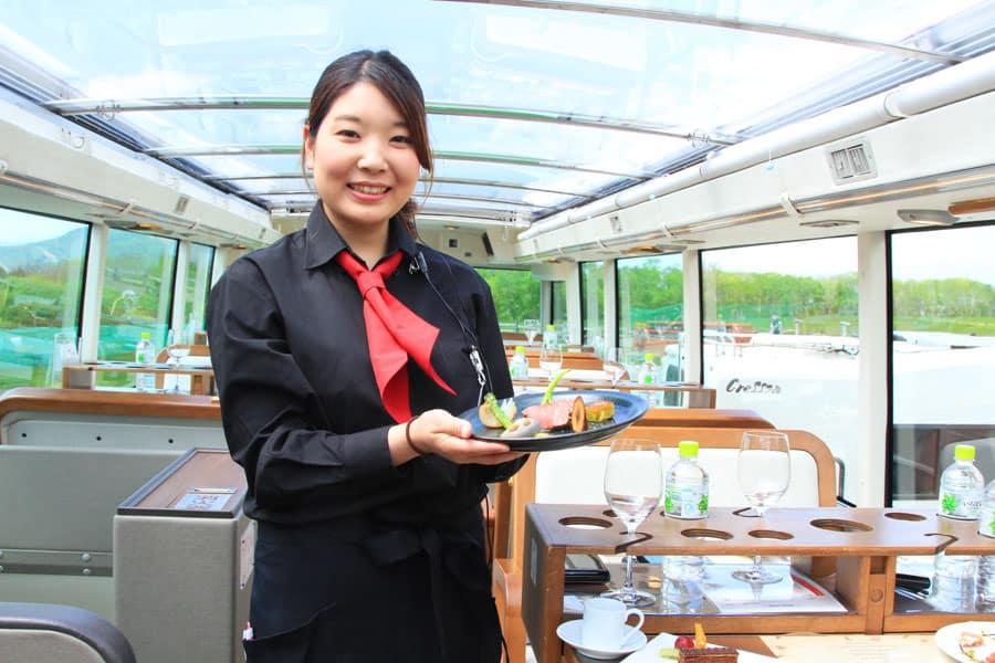 Hokkaido Restaurant Bus มีการเสิร์ฟอาหารแบบคอร์สเมนูจำนวน 8 อย่าง