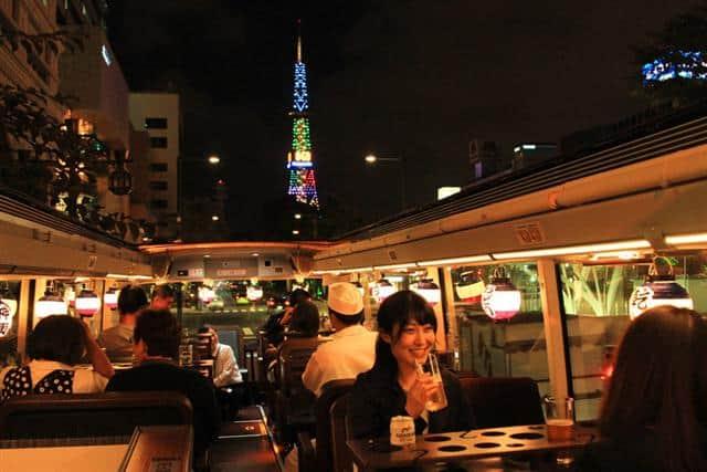 บรรยากาศของการดินเนอร์บน Hokkaido Restaurant Bus