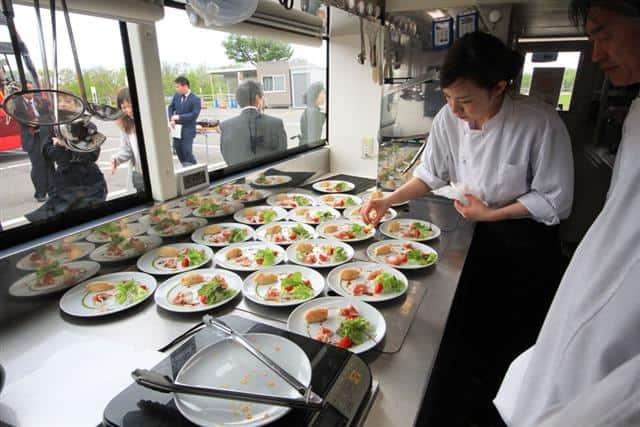 จุดเด่นของ Hokkaido Restaurant Bus คือชั้นล่างเป็นครัวและชั้นบนเป็นที่นั่งแบบหันหน้าเข้าหากัน