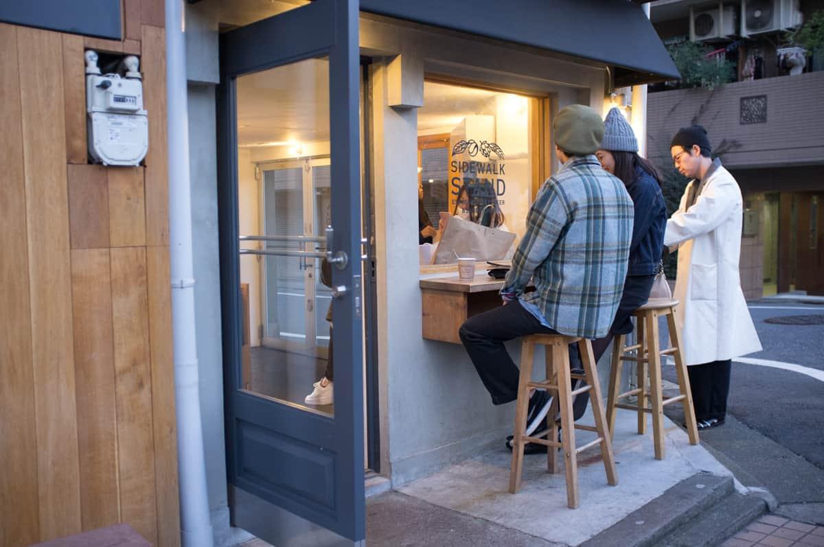 ที่ร้าน Sidewalk Stand มีที่ยืนทาน outdoor นอกร้าน จุได้ 1-2 คน