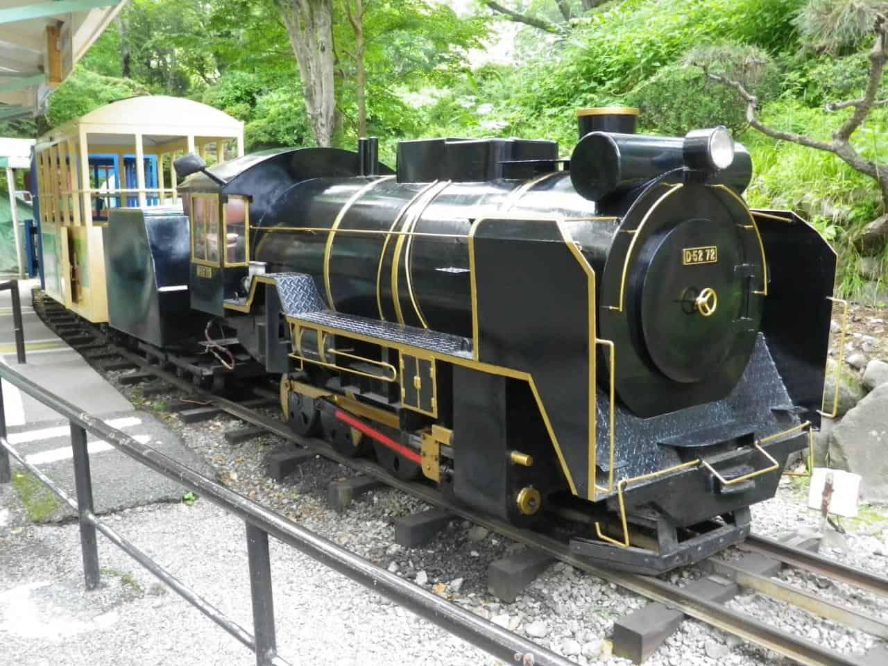 รถไฟที่เป็นเครื่องเล่นในสวนสนุกขนาดย่อมของสวนสาธารณะโอดาวาระโจชิ