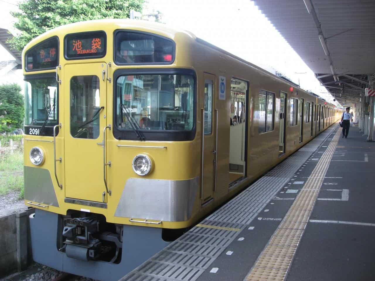 รถไฟไปสถานีอิเคะบุคุโระที่จอดอยู่ที่สถานีโทชิมะเอ็น