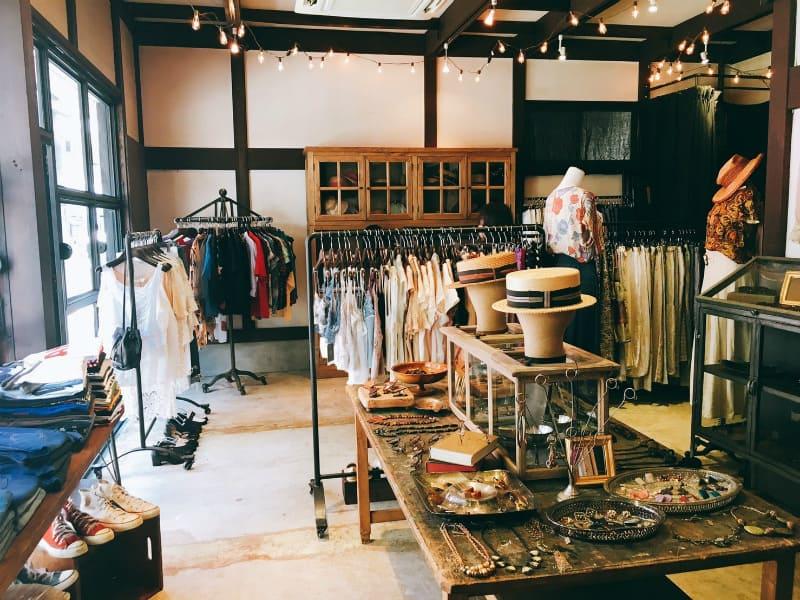 สินค้ามือสองภายในร้าน tsumugu ที่ย่านชิโมะคิตะซาว่า (Shimokitazawa)