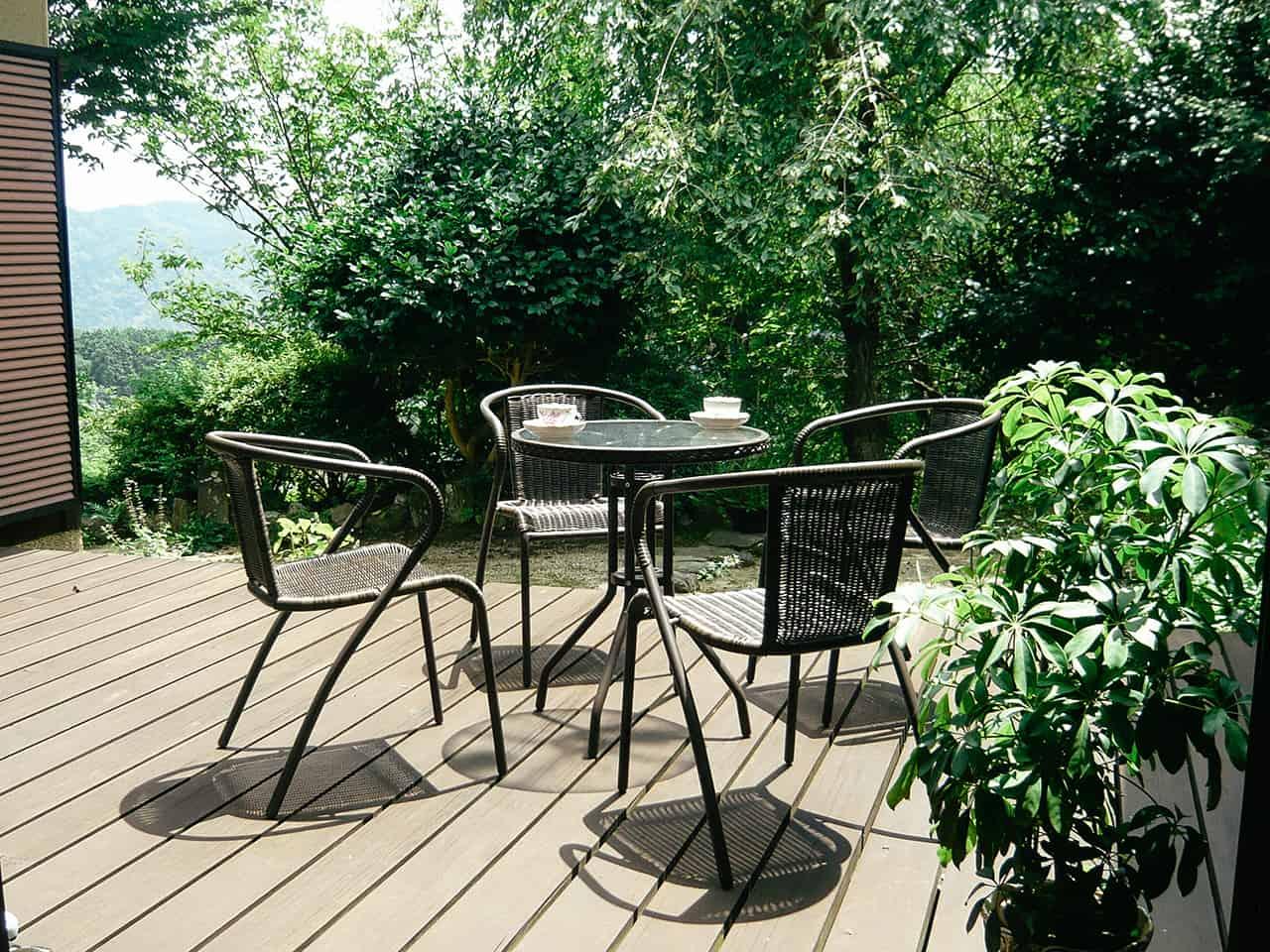 """มุมโต๊ะนั่งเล่นที่อยู่ข้างนอกฟาร์มสเตย์ Guest House """" YOSHI"""""""
