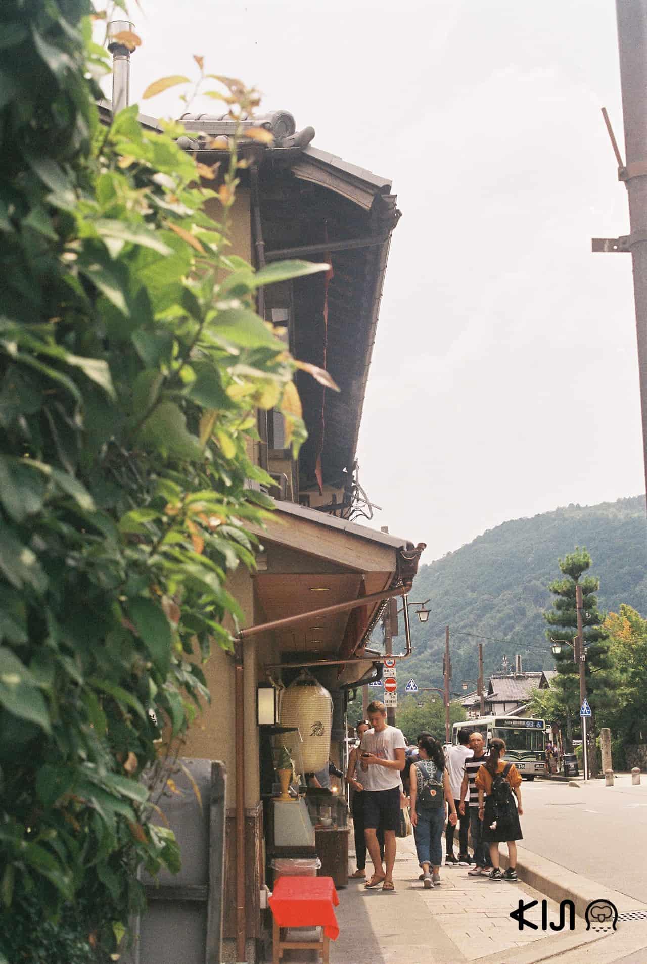 ย่าน Arashiyama มีทั้งร้านอาหาร คาเฟ่ ร้านขายของฝาก