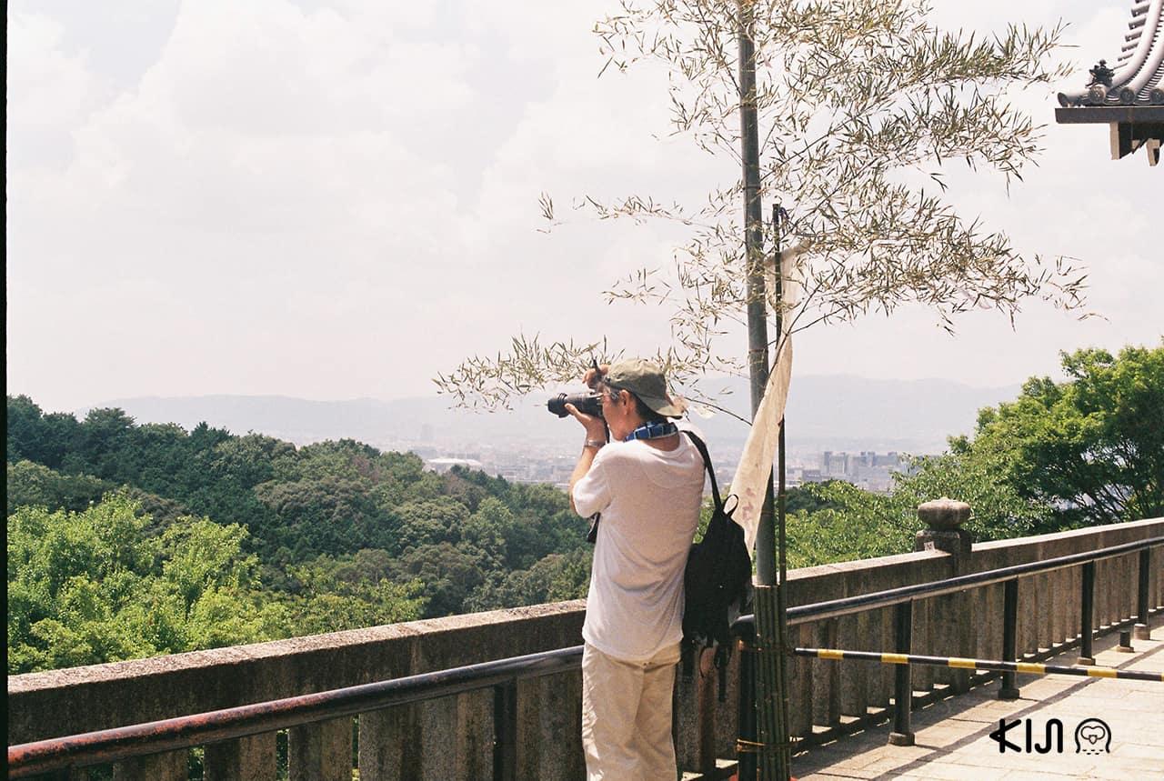 นักท่องเที่ยวถ่ายรูปวิวธรรมชาติที่วัด Kiyomizu-dera