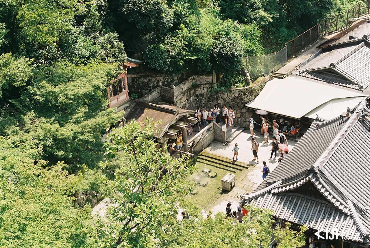 นักท่องเที่ยวมากันที่วัด Kiyomizu-dera เยอะมาก