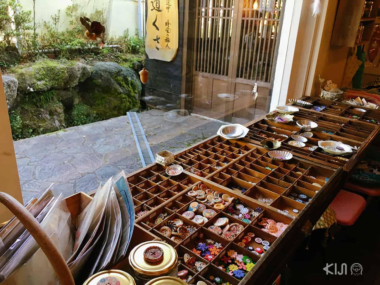 ร้านขายกระดุมน่ารักๆ ที่ Yufuin Floral Village