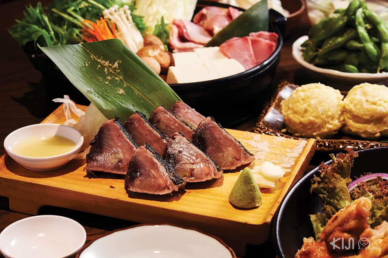 เมนู Katsuo Warayaki ปลาคัตสึโอะย่างไฟ โดยนำเข้าปลาคัตสึโอะจากจังหวัดโคจิ