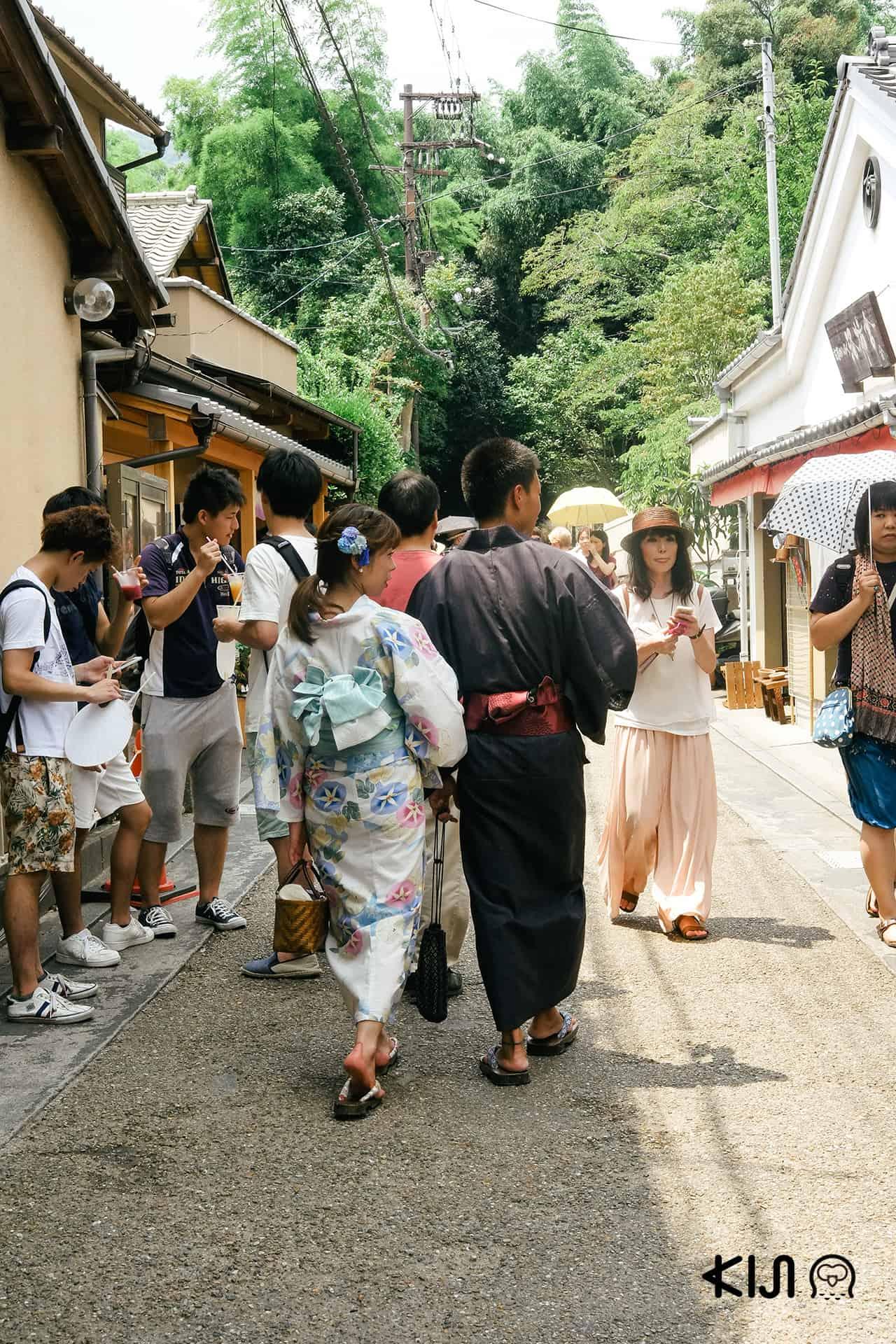 หนุ่มสาวใส่ชุดกิโมโน่เดินเที่ยวกัน
