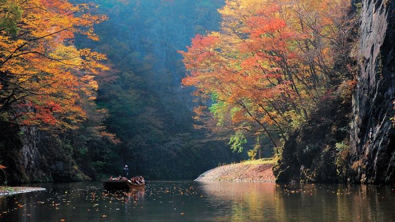 ล่องเรือชมใบไม้เปลี่ยนสีท่ามกลางหุบเขาเกบิเคในฤดูใบไม้ร่วง