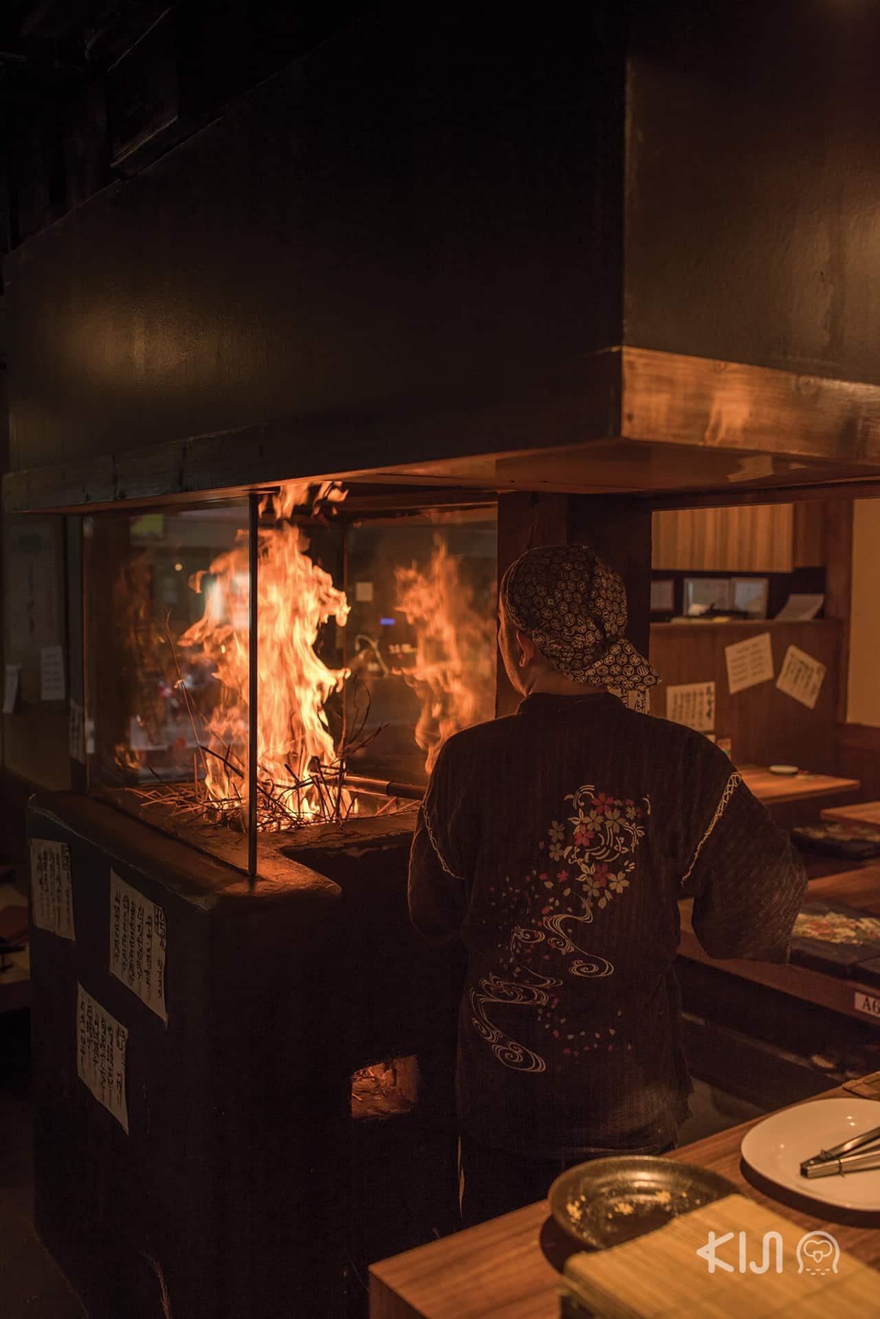 """ร้าน Hachikin : """"โรบะตะ"""" การย่างปลาด้วยกรรมวิธีแบบโบราณ เอกลักษณ์คือการใช้ฟางข้าวที่ได้หลังฤดูเก็บเกี่ยวเป็นเชื้อเพลิง พิถีพิถันทั้งเรื่องระดับความร้อนของไฟ"""