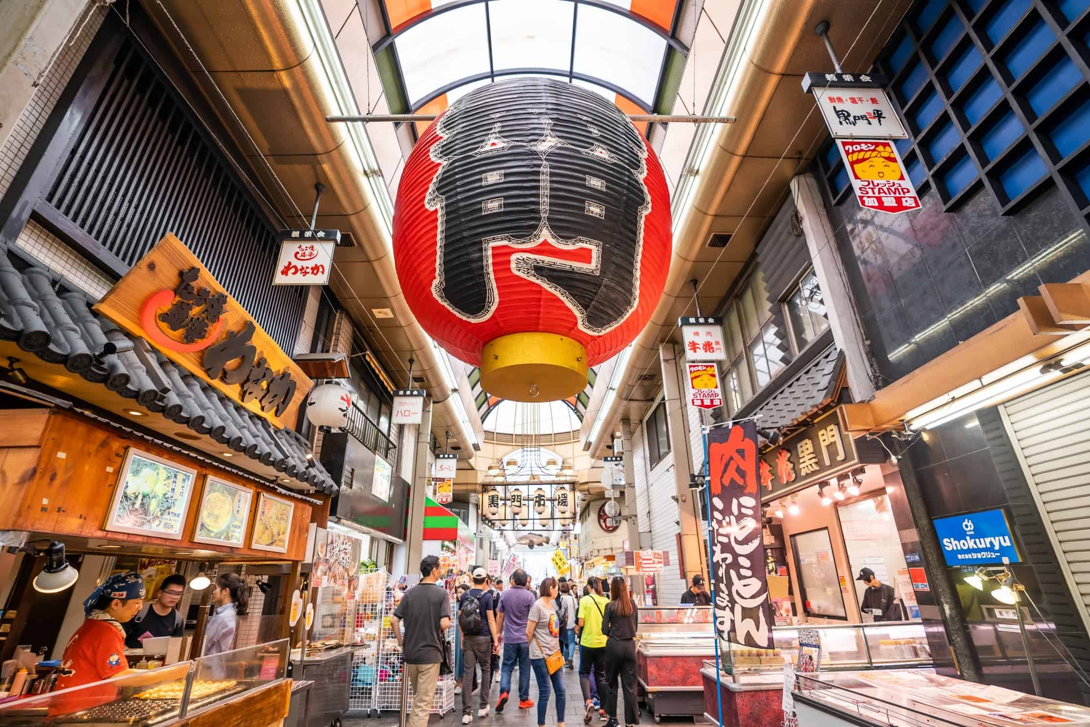 วิธีไปโอซาก้า - บรรยากาศด้านในตลาดปลาคุโรมง (Kuromon Ichiba Market)