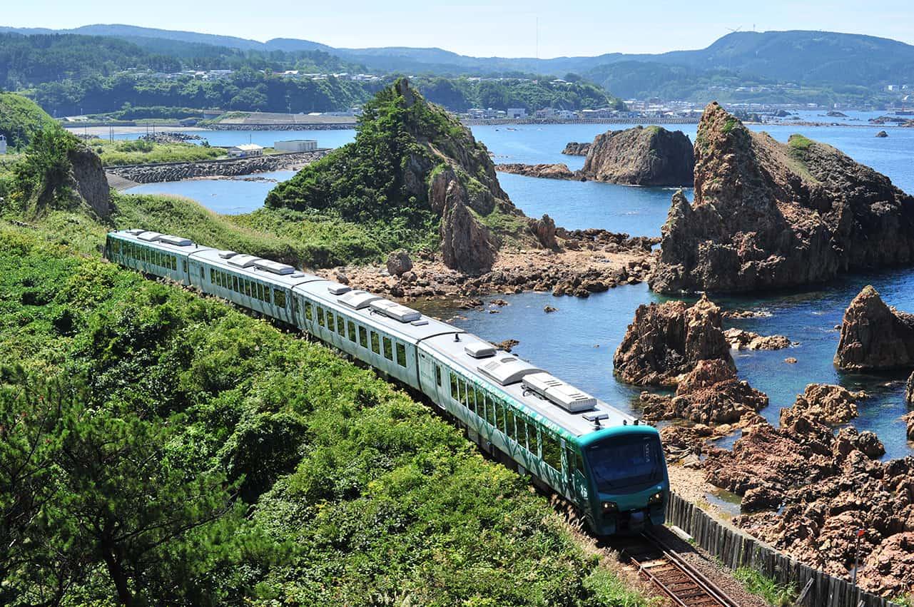 รถไฟ Joyful Train [Resort Shirakami Aoike] ที่แล่นผ่านชิราคามิซันจิ