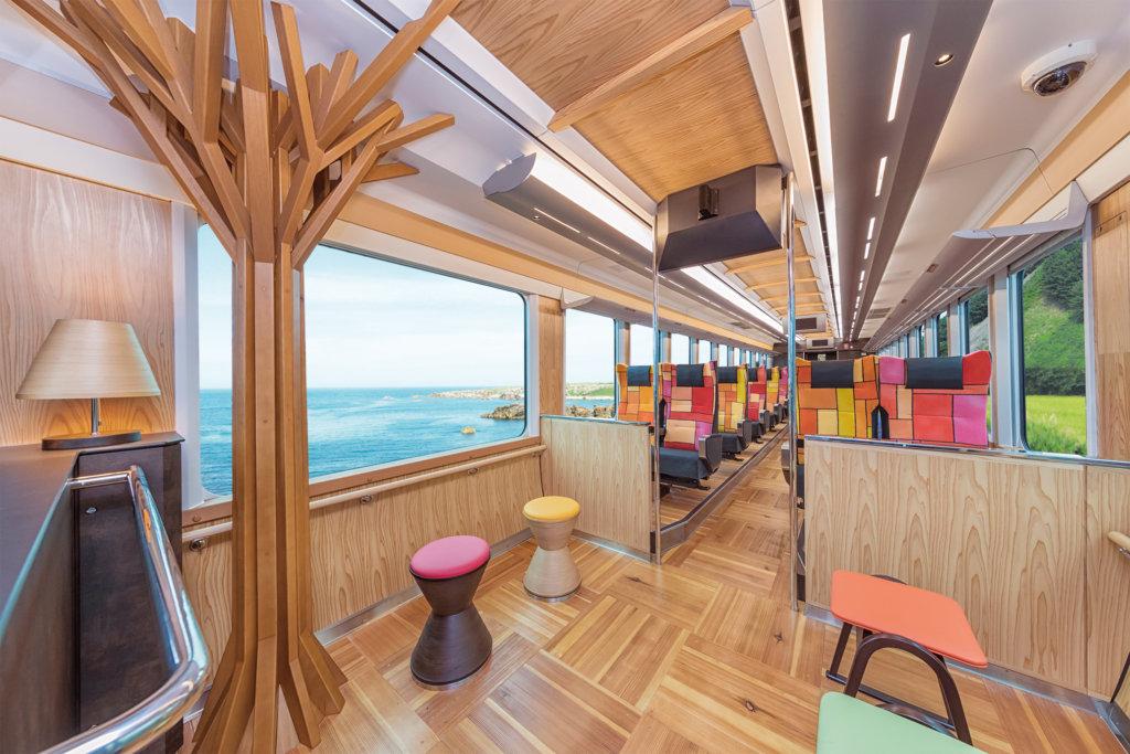 ด้านในของรถไฟ Joyful Train [Resort Shirakami Buna] ที่ด้านหนึ่งมองเห็นชายฝั่งทะเล อีกฟากหนึ่งมองเห็นป่าและขุนเขา