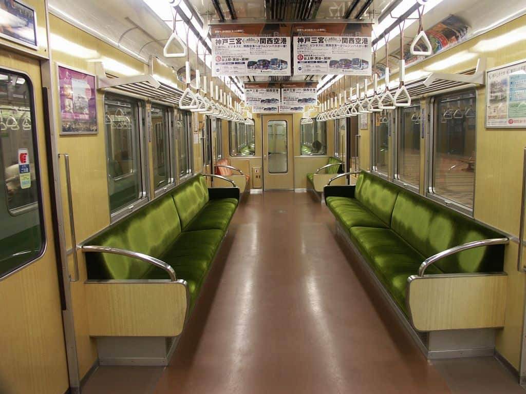 ภายในขบวนรถไฟฮันคิว (Hankyu Railway)