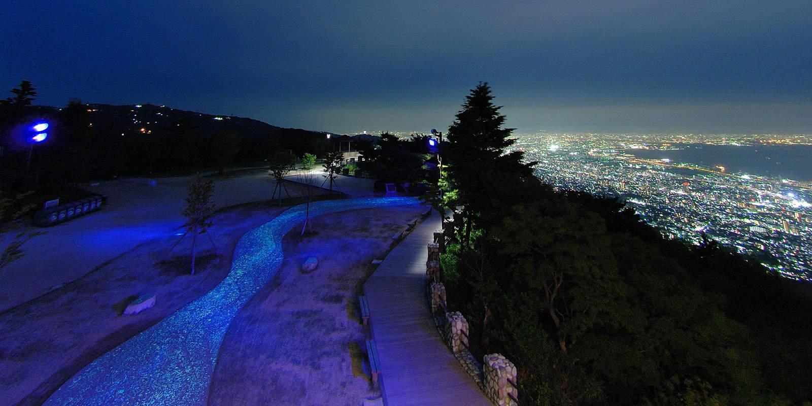 ทิวทัศน์ยามค่ำคืนของเมืองโกเบเมื่อมองจากยอดเขารกโกะ (Rokkosan)