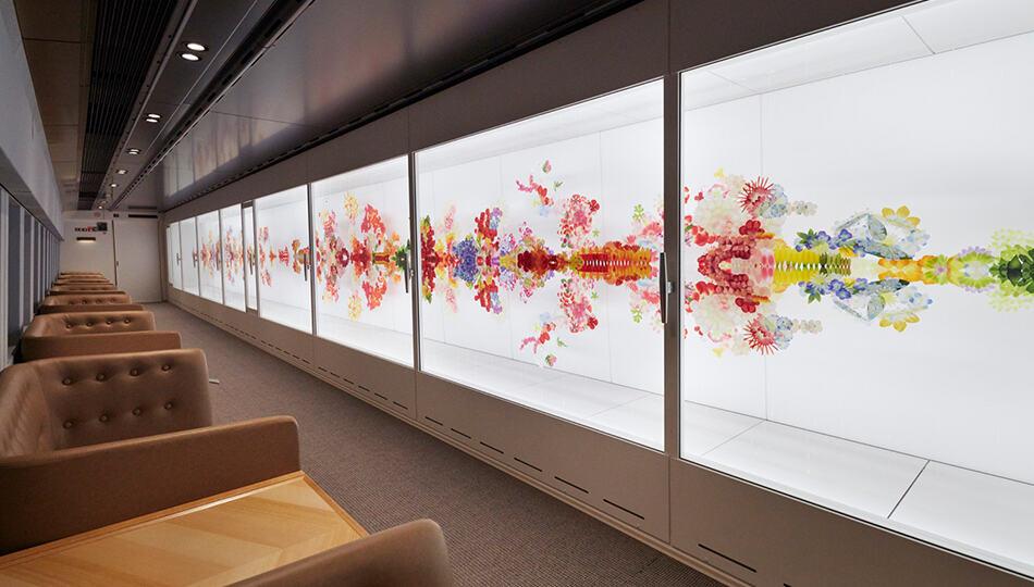 ด้านในของ Joyful Train GENBI SHINKANSEN ที่บรรยากาศเหมือนห้องแสดงงานศิลปะ