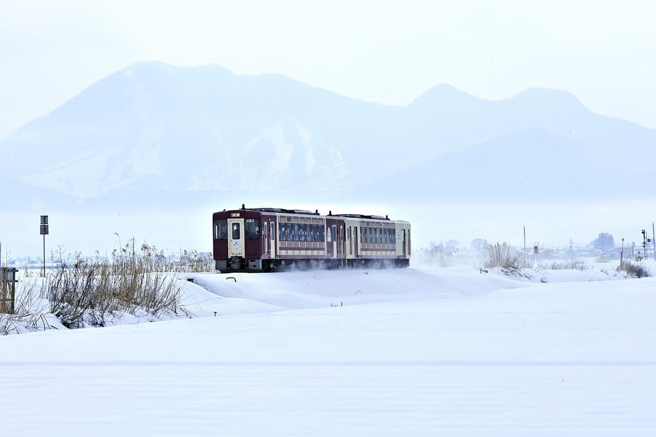 รถไฟ Oykot ท่ามกลางหิมะขาวโพลนในฤดูหนาว