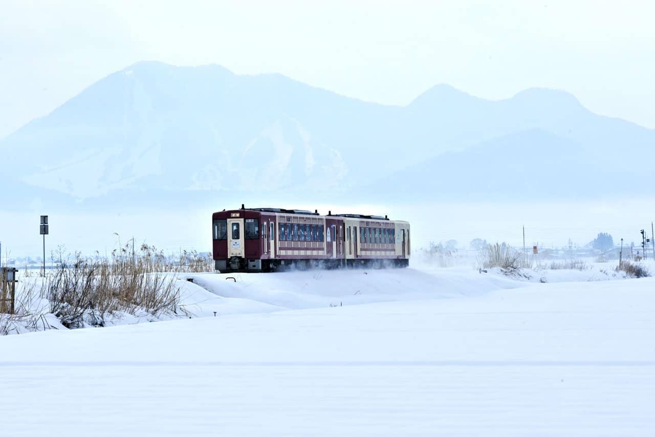ด้านนอกของรถไฟ Joyful Train Oykot ที่วิ่งผ่านทุ่งหิมะจากนากาโน่ไปโทกามาจิ